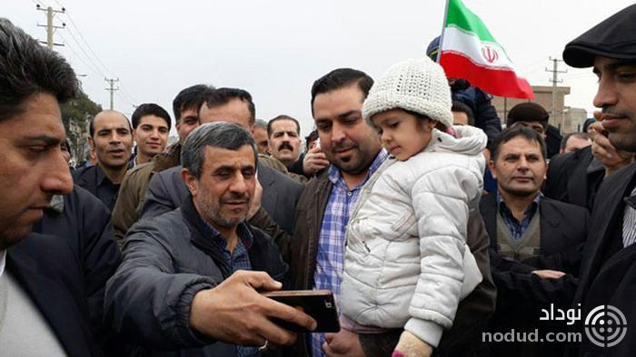 سلفی مردم با احمدی نژاد در حاشیه راهپیمایی
