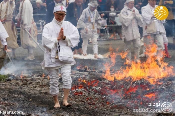 راه رفتن با پای برهنه روی زغال آتشین+تصاویر